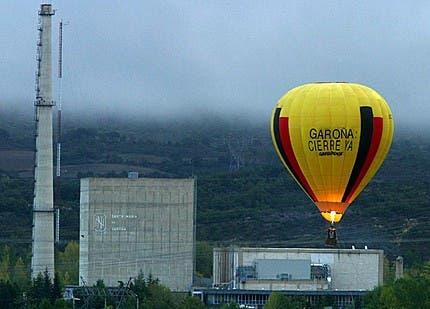 Central Nuclear de Santa María de Garoña, con globo de Greenpeace