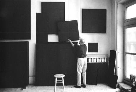 Ad Reindhart en su estudio (1966)