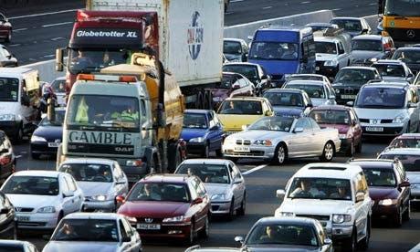Carretera saturada de coches y camiones