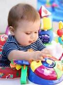 Bebé jugando con objetos de colores