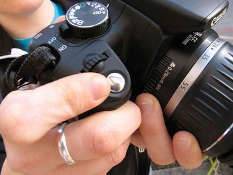 Cargando la cámara pulsando los botones