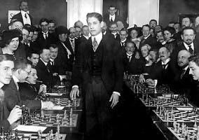 capablanca jugando varias partidas simultaneas en 1921
