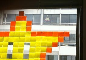Dibujo con Post its en la ventana
