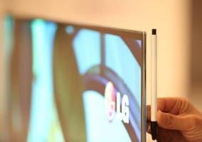 Comparación de la delgadez de un bolígrafo y un televisor OLED de LG