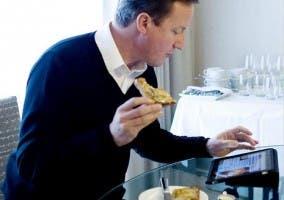 Primer ministro británico con su iPad