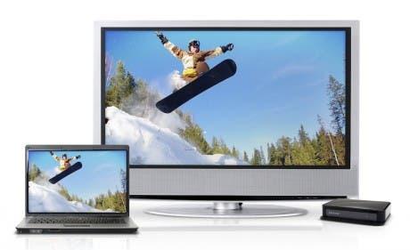 Imagen de dispositivos WiDi: un portátil y un televisor con el adaptador necesario