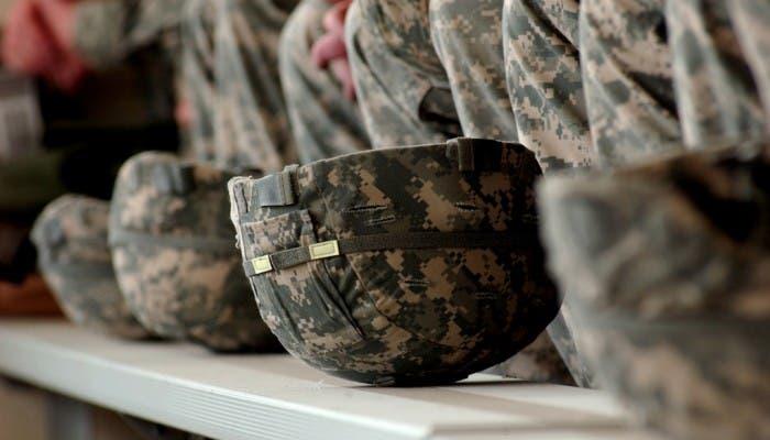 Fotografía del primer plano de unos cascos de los soldados del ejército de los Estados Unidos