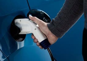 Primer plano de la recarga de un coche eléctrico Peugeot iOn