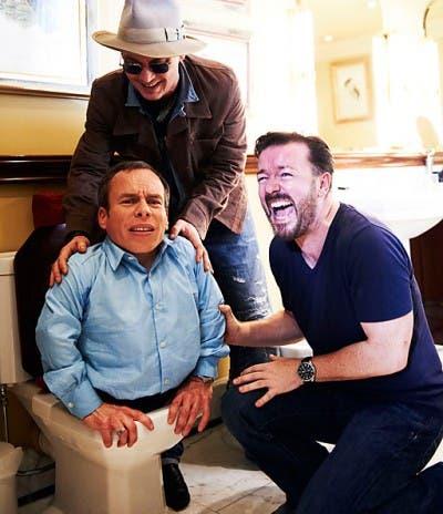 Warwick Davis, Johnny Depp y Ricky Gervais