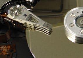 Fotografía del detalle de la cabeza lectora de un disco duro
