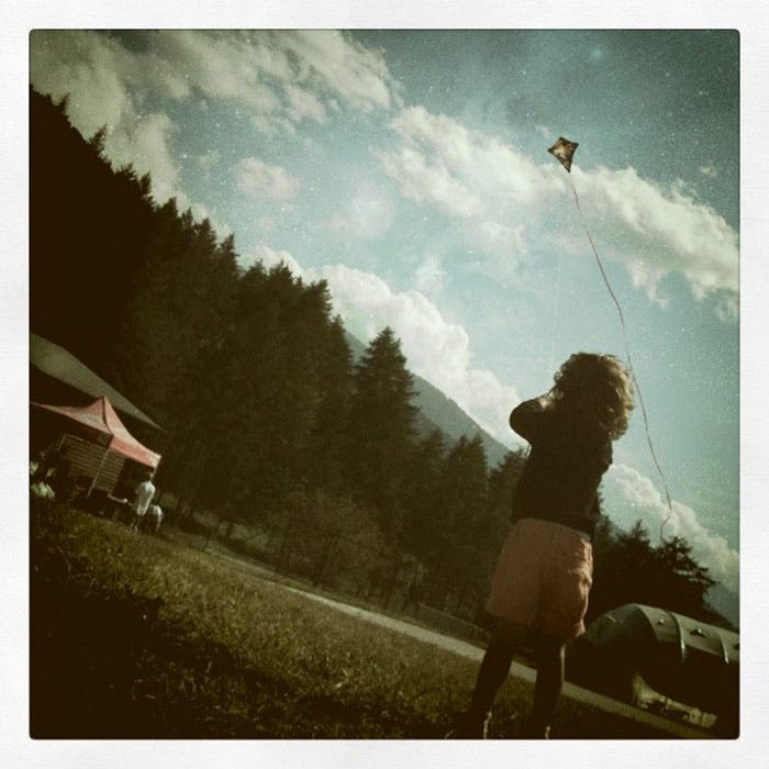 Niña jugando con cometa