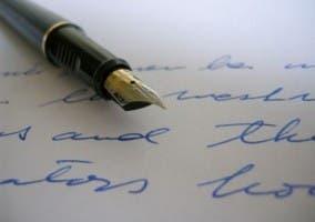 Escritura en pluma sobre papel