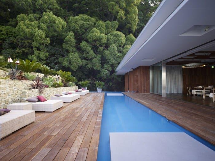 Crear un oasis en el patio 26 elegantes piscinas for Patios con piscina