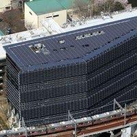 Fotografía del edificio japonés completamente cubierto de paneles solares
