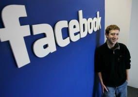 Mark Zuckerberg con el logo de Facebook