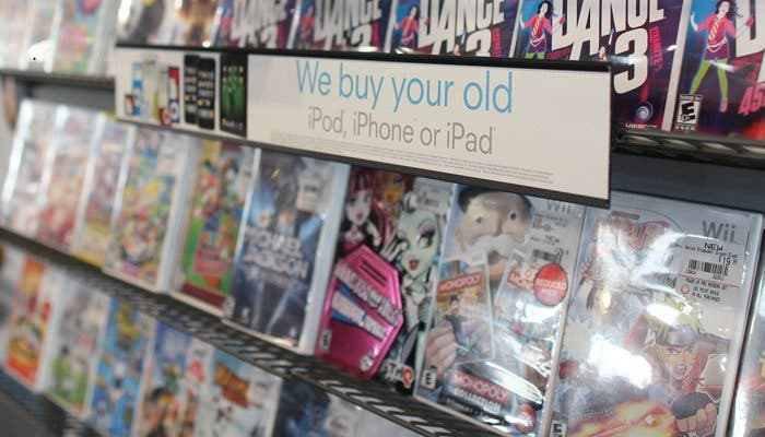 Fotografía de varios videojuegos en una estantería