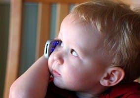 Fotografía de un niño hablando por teléfono