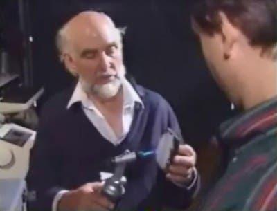 Maurice Ward realizando una demostración de su material