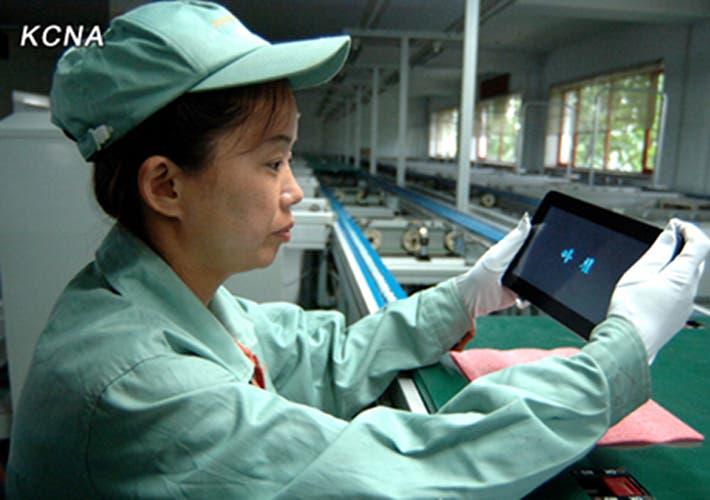 Fotografía de una operaria sosteniendo el tablet Achim