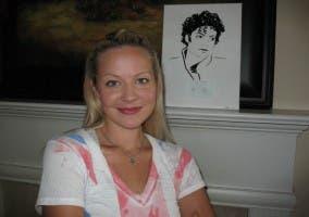 Erika Iris Simmons junto a una de sus obras