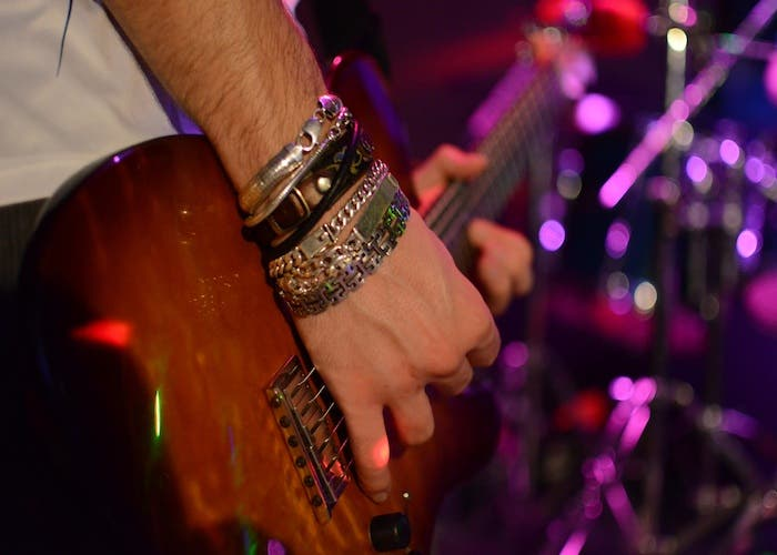 Samu tocando su Fender Telecaster
