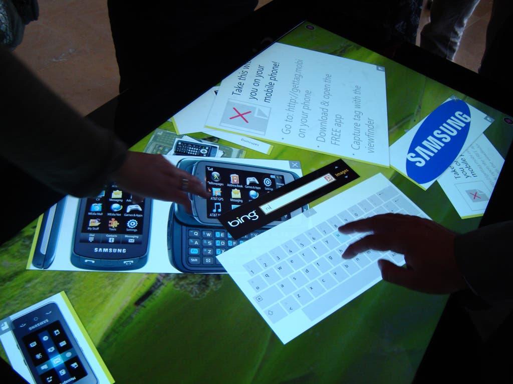 Producos y logo de Samsung en una pantalla táctil