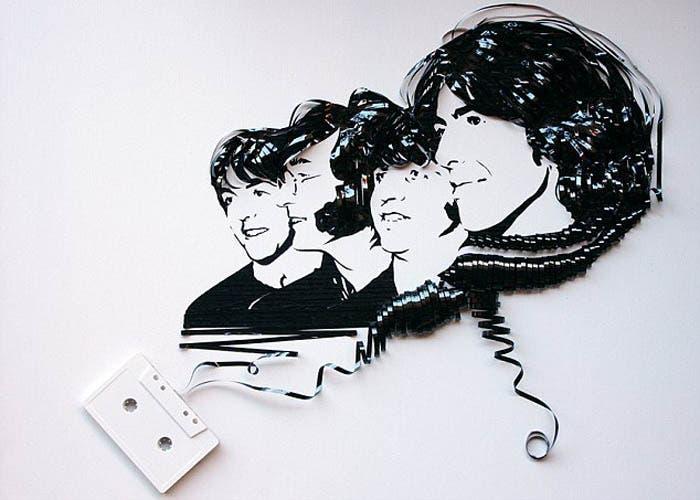 Retrato de los Beatles realizado en cinta de casete