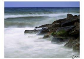 Mar chocando contra olas tomada con efecto seda.
