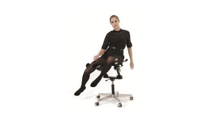 Mujer sentada en la silla LimbIC