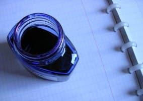 frasco de tinta azul