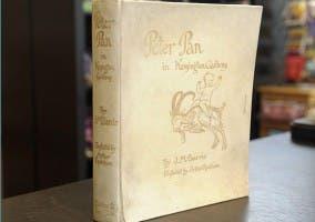 Primera edición del libro Peter pan en los jardines Kesington