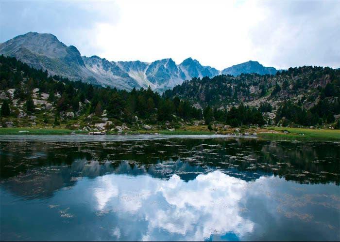 Reflejo montañas en un lago por Angel Ruíz