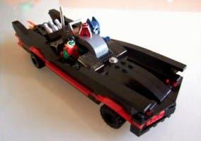 Modelo de Batmóvil de los años 60 recreado en LEGO