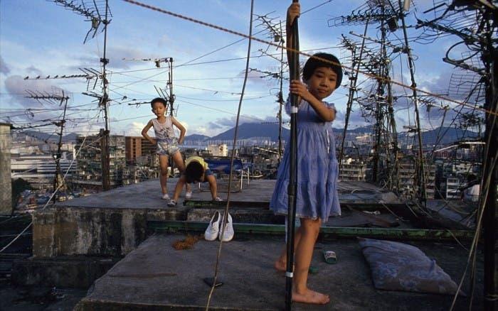 Niños jugando en las azoteas de Kowloon