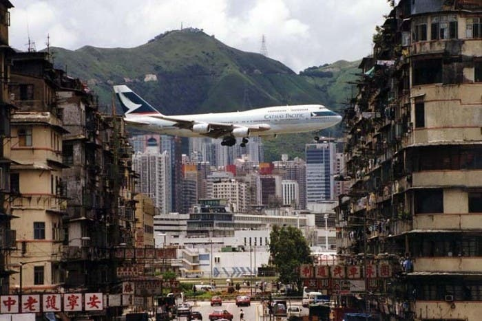 Descenso de un avión junto a la ciudad de Kowloon