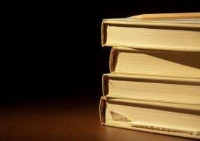 Fotografía de varios libros apilados