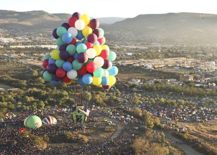 Casa con globos alzando el vuelo