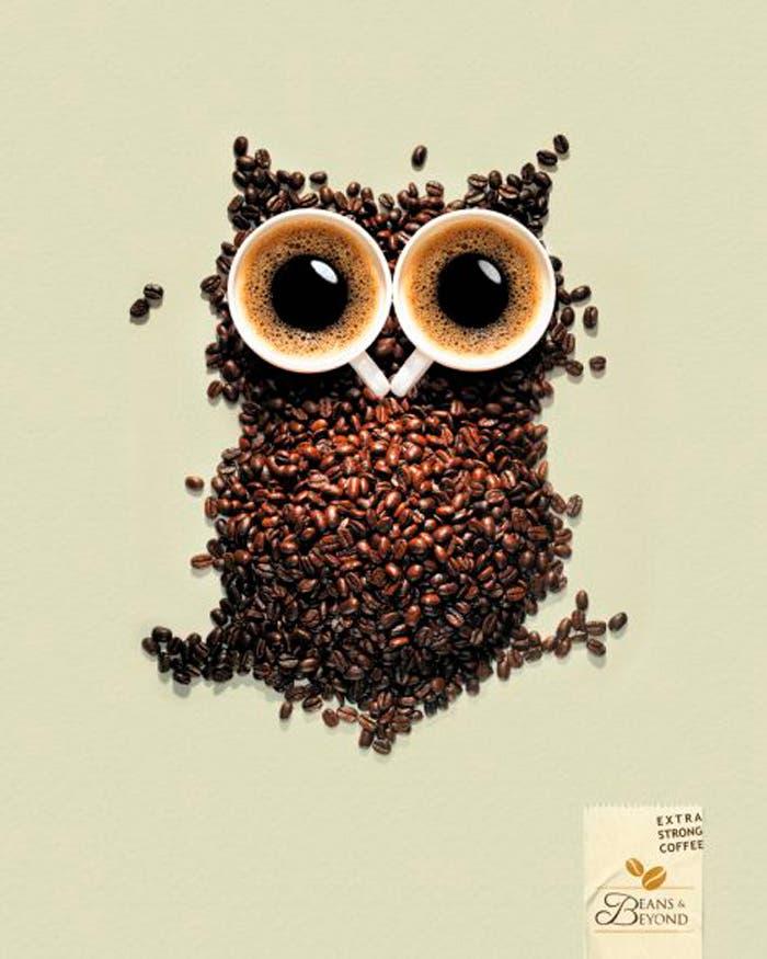 búho hecho con granos de café y dos tazas