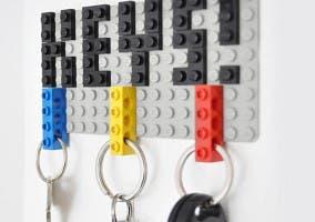Detalle de un colgador de llaves fabricado con LEGO