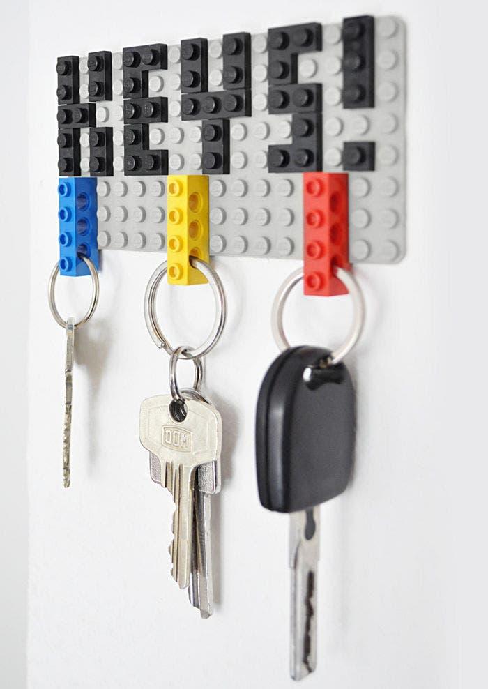 Fotografía de un colgador de llaves de LEGO.