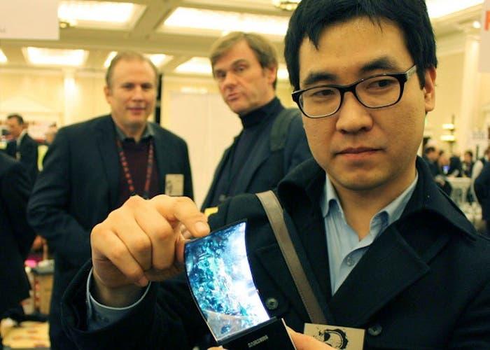Empleado de Samsung mostrando una pantalla flexible