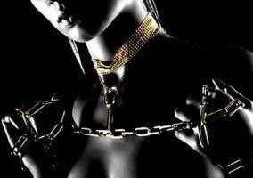 Mujer con cadenas atadas al cuello