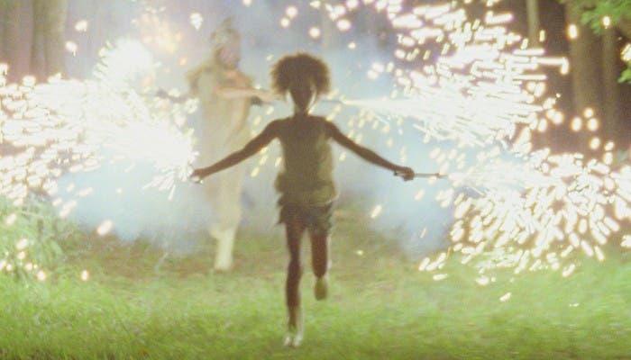 Hushpuppy corre durante una fiesta en la película