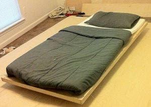 Fotografía de una cama flotante sustentada por imanes de neodimio