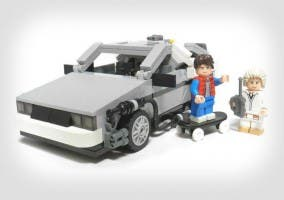 Fotografía del LEGO de Regreso al futuro, con el protagonista y su coche