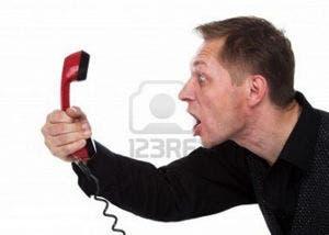 Imagen de un hombre gritando a un teléfono