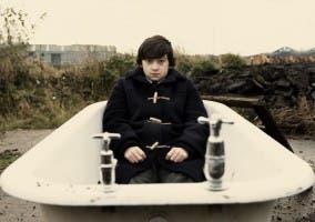 Fotograma de Submarine donde se ve a Oliver en una bañera vacía