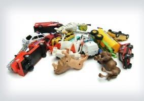 Montaña de juguetes varios