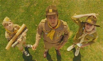 Boy Scouts mirando al cielo