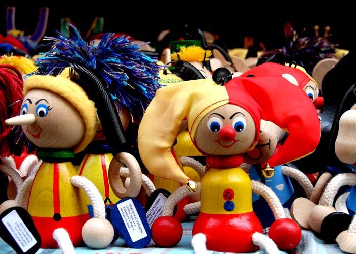 Varios muñecos de madera